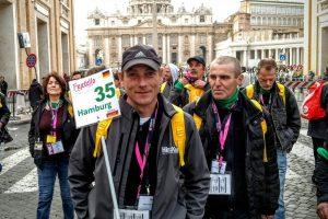 Die Hinz&Kunzt-Reisegruppe erkundet Rom. Hinz&Künztler Herbert geht voran. Foto: BELA