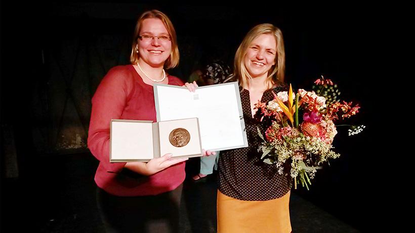 Projektleiterinnen Yvonne Neumann und Sonja Norgall (re.) bei der Verleihung des ALFRED-TÖPFER-PREISES im September. Foto: Simone Deckner.