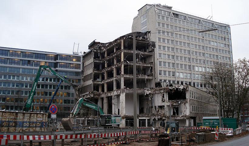 Professor Bernd Kniess brachte vor einem Jahr Teile des Axel-Springer-Verlagsgebäudes als Flüchlingsunterkunft ins Spiel. Inzwischen wurde das Gebäude abgerissen. Foto: Jonas Füllner