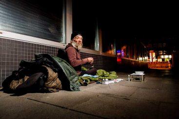 Der Obdachlose Michael hat seine Platte vor einer Hauswand aufgebaut.