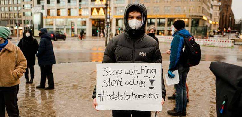 Straßenzeitungen fordern Hotelzimmer für Obdachlose